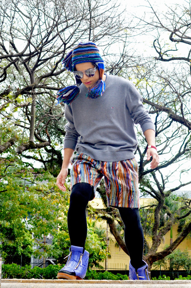 gorro, óculos, shorts e sneakers Alexandre Herchcovitch, sweater Tommy Hilfiger, legging American Apparel, pulseira H&M