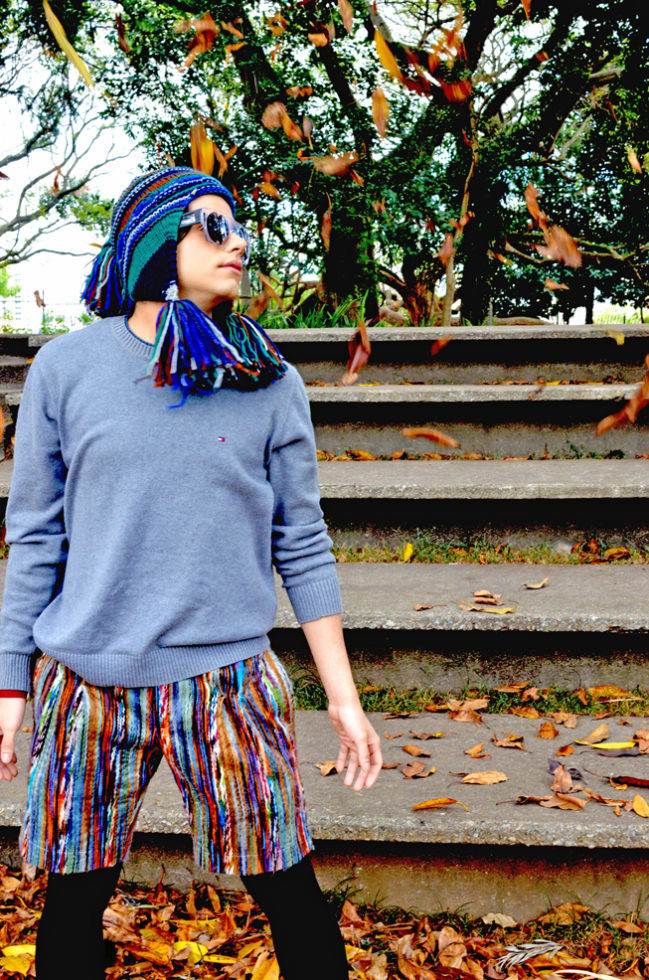 gorro, óculos e shorts Alexandre Herchcovitch, sweater Tommy Hilfiger, legging American Apparel, pulseira H&M